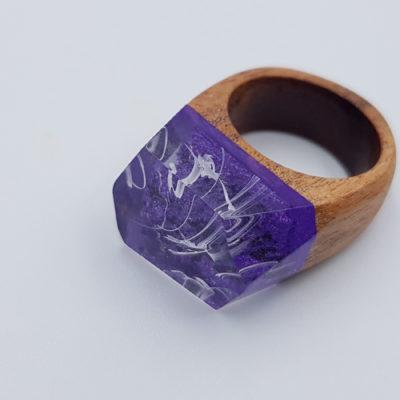 δαχτυλίδι από υγρό γυαλί μοβ με άσπρα κύματα