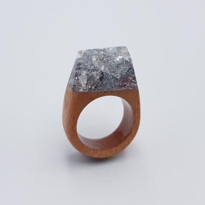 δαχτυλίδι ρητίνης γεμάτο με φύλλα ασήμι και ξύλινη βάση