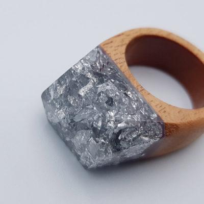 δαχτυλίδι από υγρό γυαλί γεμάτο με φύλλα ασήμι και ξύλινη βάση