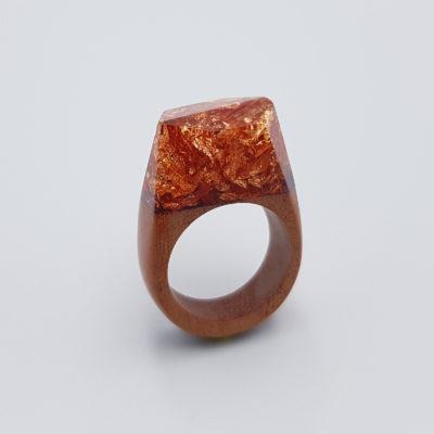 δαχτυλίδι ρητίνης γεμάτο με φύλλα χαλκού και ξύλινη βάση