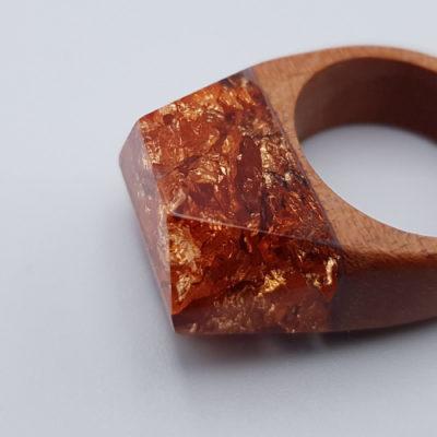 δαχτυλίδι από υγρό γυαλί γεμάτο με φύλλα χαλκού και ξύλινη βάση