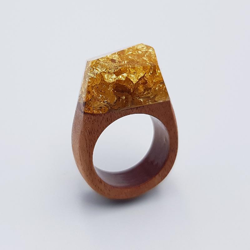 δαχτυλίδι ρητίνης γεμάτο με φύλλα χρυσού και ξύλινη βάση