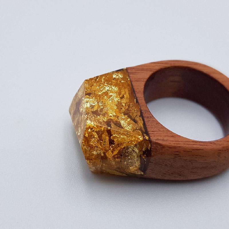 δαχτυλίδι από υγρό γυαλί γεμάτο με φύλλα χρυσού και ξύλινη βάση