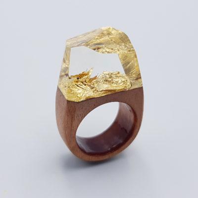 δαχτυλίδι ρητίνης με φύλλα χρυσού και ξύλινη βάση