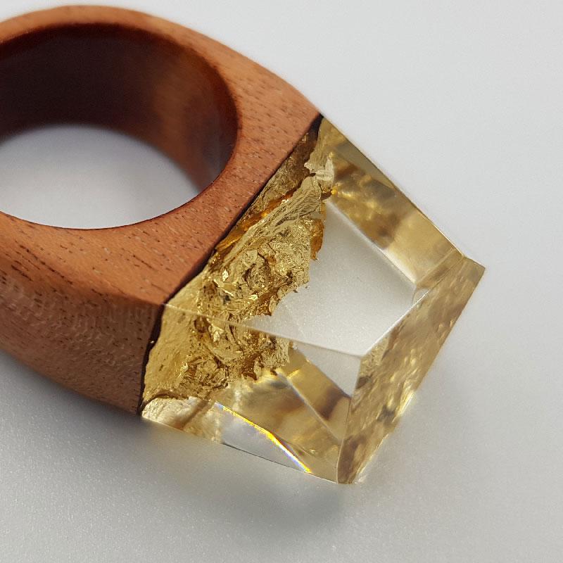 δαχτυλίδι από υγρό γυαλί με φύλλα χρυσού και ξύλινη βάση