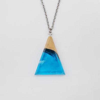 κολιέ ρητίνης ανάποδο τρίγωνο διάφανο γαλάζιο με άσπρα κύματα και ξύλο ελιάς μεγάλο