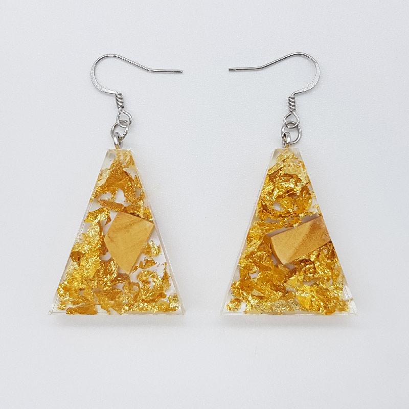 σκουλαρίκια ρητίνης ανάποδο τρίγωνο με φύλλα χρυσού και ξύλο ελιάς