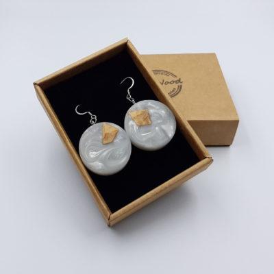 Σκουλαρίκια από υγρό γυαλί άσπρα στρογγυλά με ξύλο ελιάς