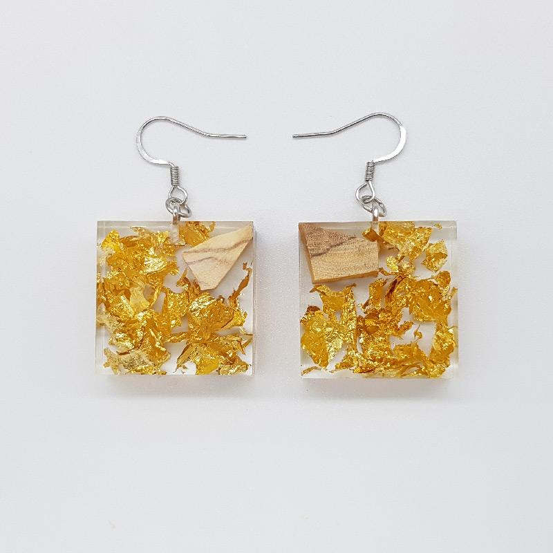 σκουλαρίκια ρητίνης τετράγωνα με φύλλα χρυσού και ξύλο ελιάς