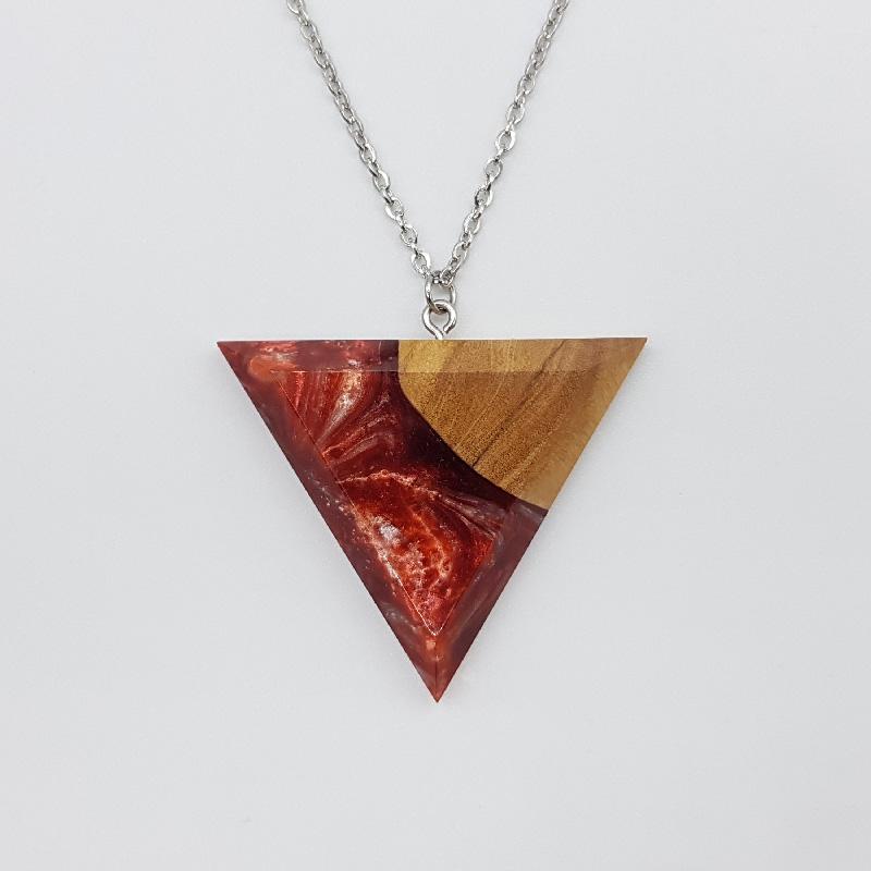 Κολιέ ρητίνης τρίγωνο κόκκινο μαύρο με ξύλο ελιάς μεγάλο