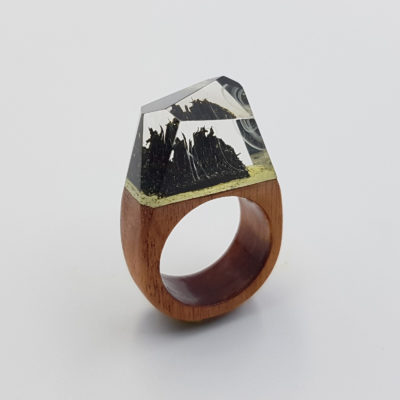 δαχτυλίδι ρητίνης μαύρο με άσπρα κύματα