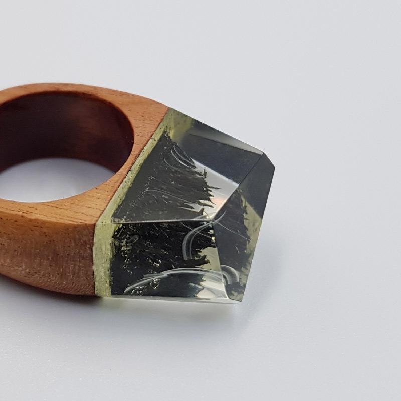 δαχτυλίδι από υγρό γυαλί μαύρο με άσπρα κύματα