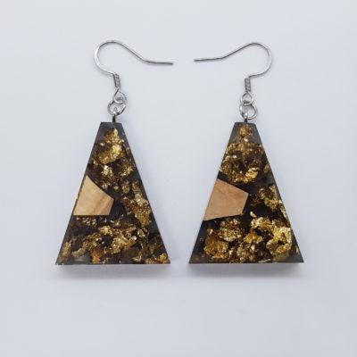 σκουλαρίκια ρητίνης ανάποδο τρίγωνο ,διάφανα. μαύρα με φύλλα χρυσού και ξύλο ελιάς