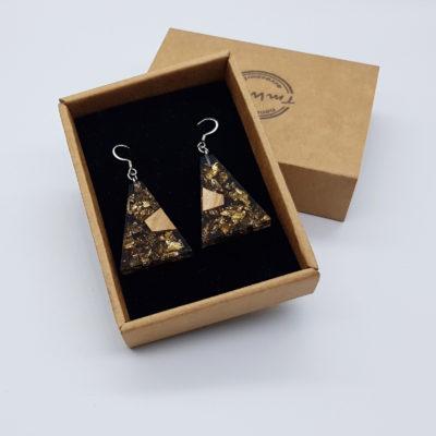 σκουλαρίκια από υγρό γυαλί ανάποδο τρίγωνο ,διάφανα. μαύρα με φύλλα χρυσού και ξύλο ελιάς