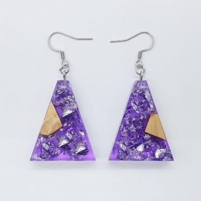 σκουλαρίκια ρητίνης ανάποδο τρίγωνο ,διάφανα. μοβ με φύλλα ασήμι και ξύλο ελιάς
