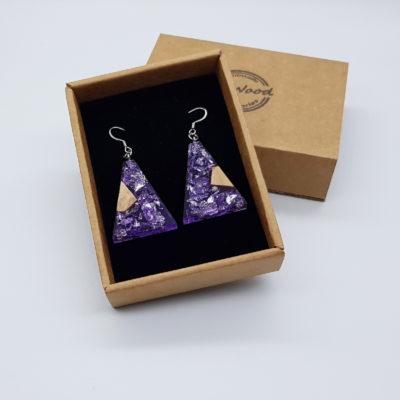 σκουλαρίκια από υγρό γυαλί ανάποδο τρίγωνο ,διάφανα. μοβ με φύλλα ασήμι και ξύλο ελιάς