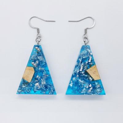 σκουλαρίκια ρητίνης ανάποδο τρίγωνο ,διάφανα μπλε με φύλλα ασήμι και ξύλο ελιάς