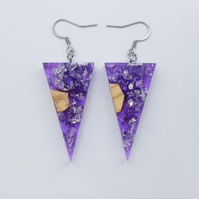 σκουλαρίκια ρητίνης τρίγωνα ,διάφανα. μοβ με φύλλα ασήμι και ξύλο ελιάς