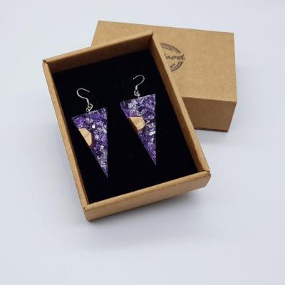 σκουλαρίκια από υγρό γυαλί τρίγωνα ,διάφανα. μοβ με φύλλα ασήμι και ξύλο ελιάς