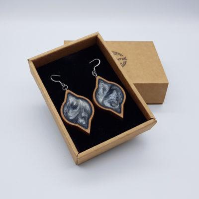 Σκουλαρίκια από υγρό γυαλί γκρι στρόγγυλο με μύτες με ξύλινο πλαίσιο