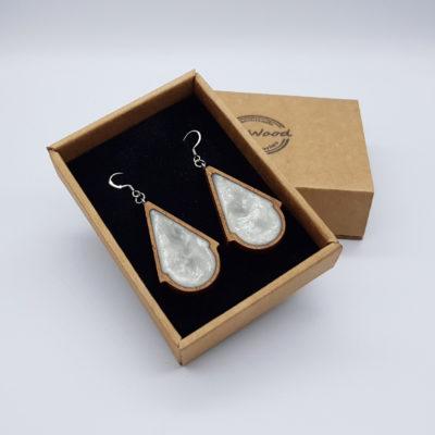 Σκουλαρίκια από υγρό γυαλί άσπρα τρίγωνα με στρογγυλό με ξύλινο πλαίσιο