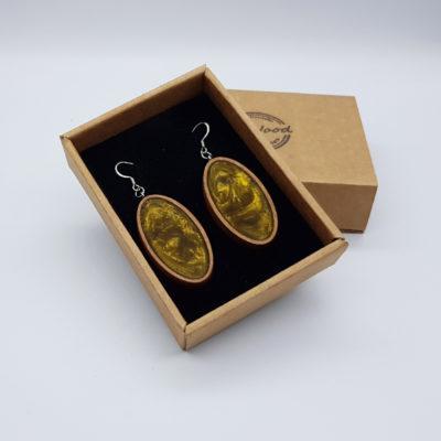 Σκουλαρίκια από υγρό γυαλί χρυσά οβάλ με ξύλινο πλαίσιο