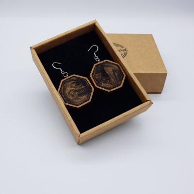 Σκουλαρίκια από υγρό γυαλί καφέ πολύγωνα με ξύλινο πλαίσιο