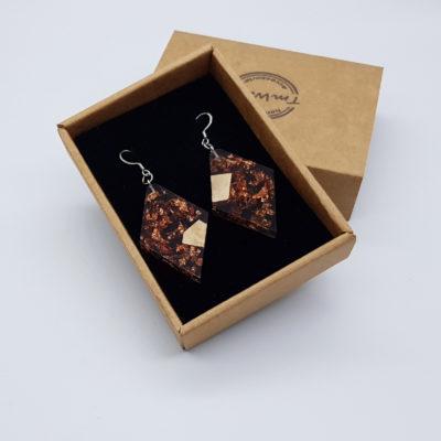 σκουλαρίκια από υγρό γυαλί ρόμβος διάφανα μαύρα με φύλλα χαλκού και ξύλο ελιάς