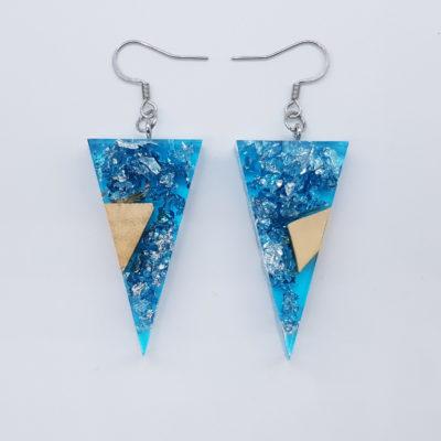 σκουλαρίκια ρητίνης τρίγωνα ,διάφανα. μπλε με φύλλα ασήμι και ξύλο ελιάς