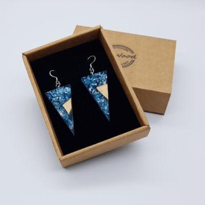 σκουλαρίκια από υγρό γυαλί τρίγωνα ,διάφανα. μπλε με φύλλα ασήμι και ξύλο ελιάς